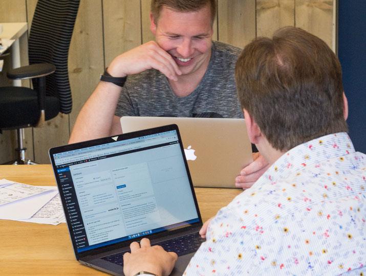 Projectleiders wisselen informatie uit van verschillende platforms.