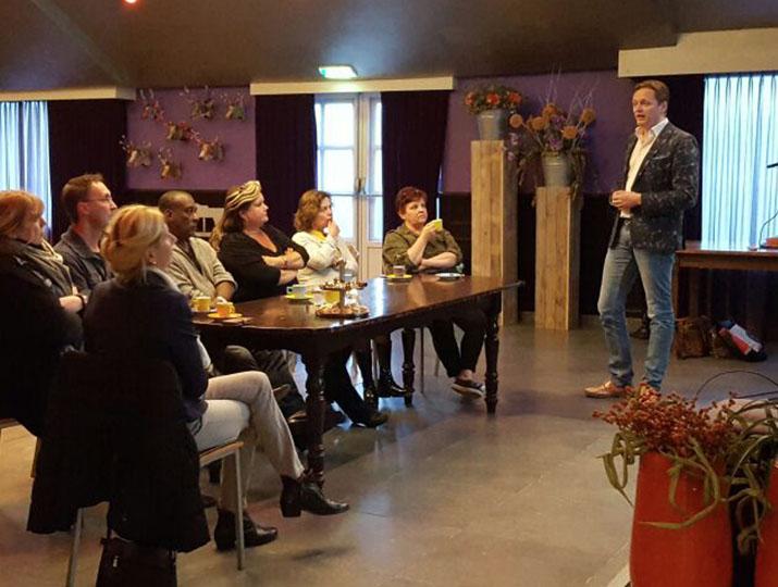 Projectleiders presenteren de platforms aan stakeholders en creëren betrokkenheid.